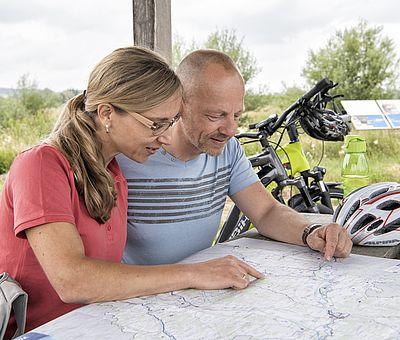Paar plant Radtour im Landkreis Günzburg