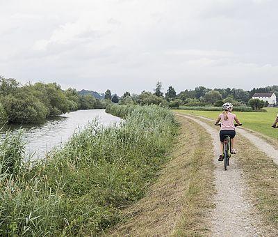 Radfahrer unterwegs auf dem Günztalradweg